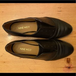 EUC Nine West black leather laceless oxfords
